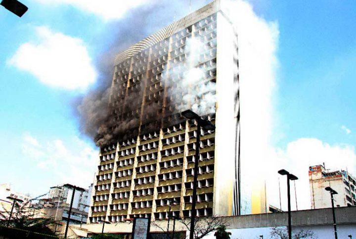 Reportan incendio en edificio del Ministerio de Educación